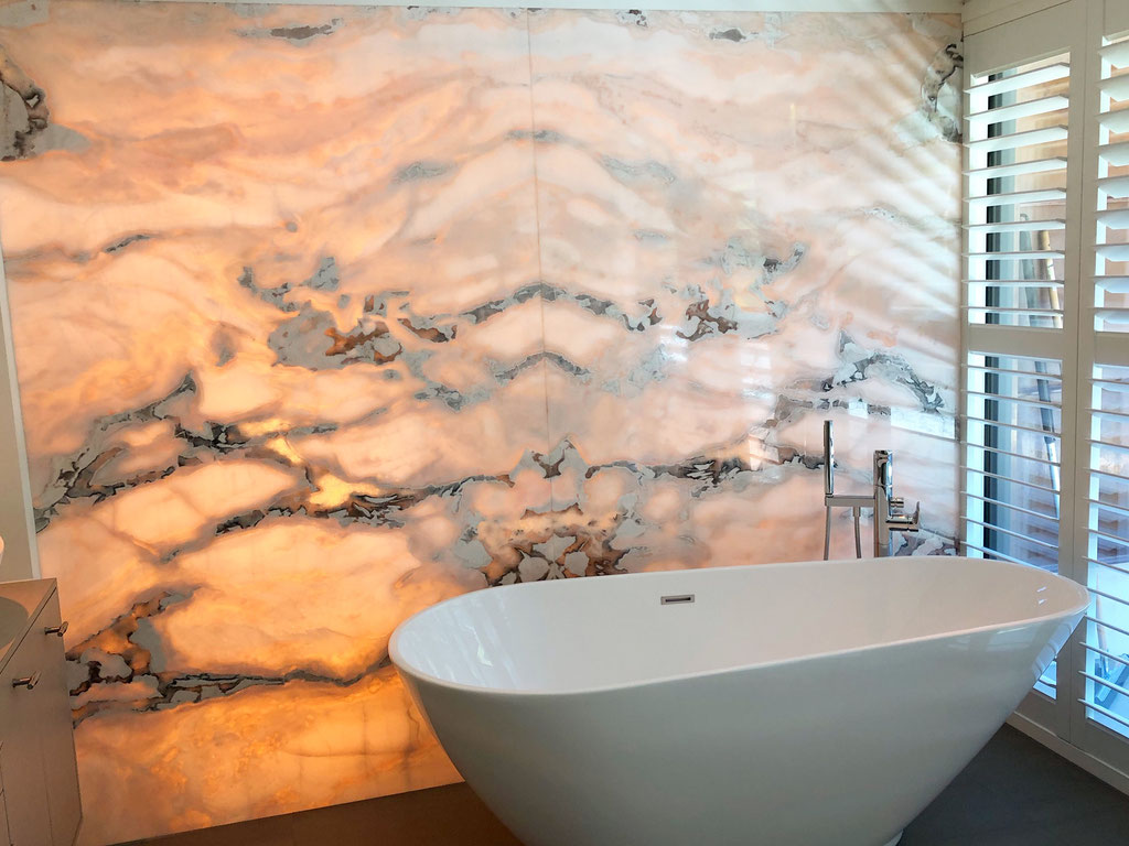 Badkamer met verlichte marmer feature wall