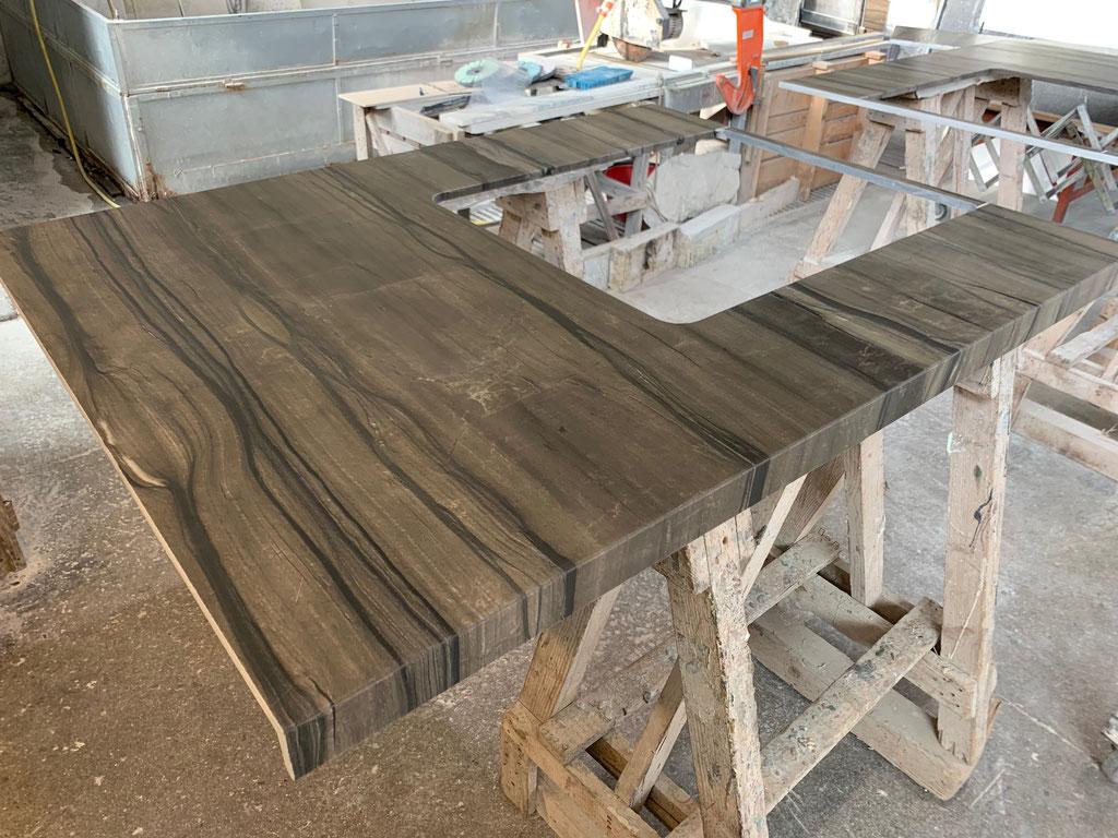 2 grote platen natuursteen maken 1 badombouw