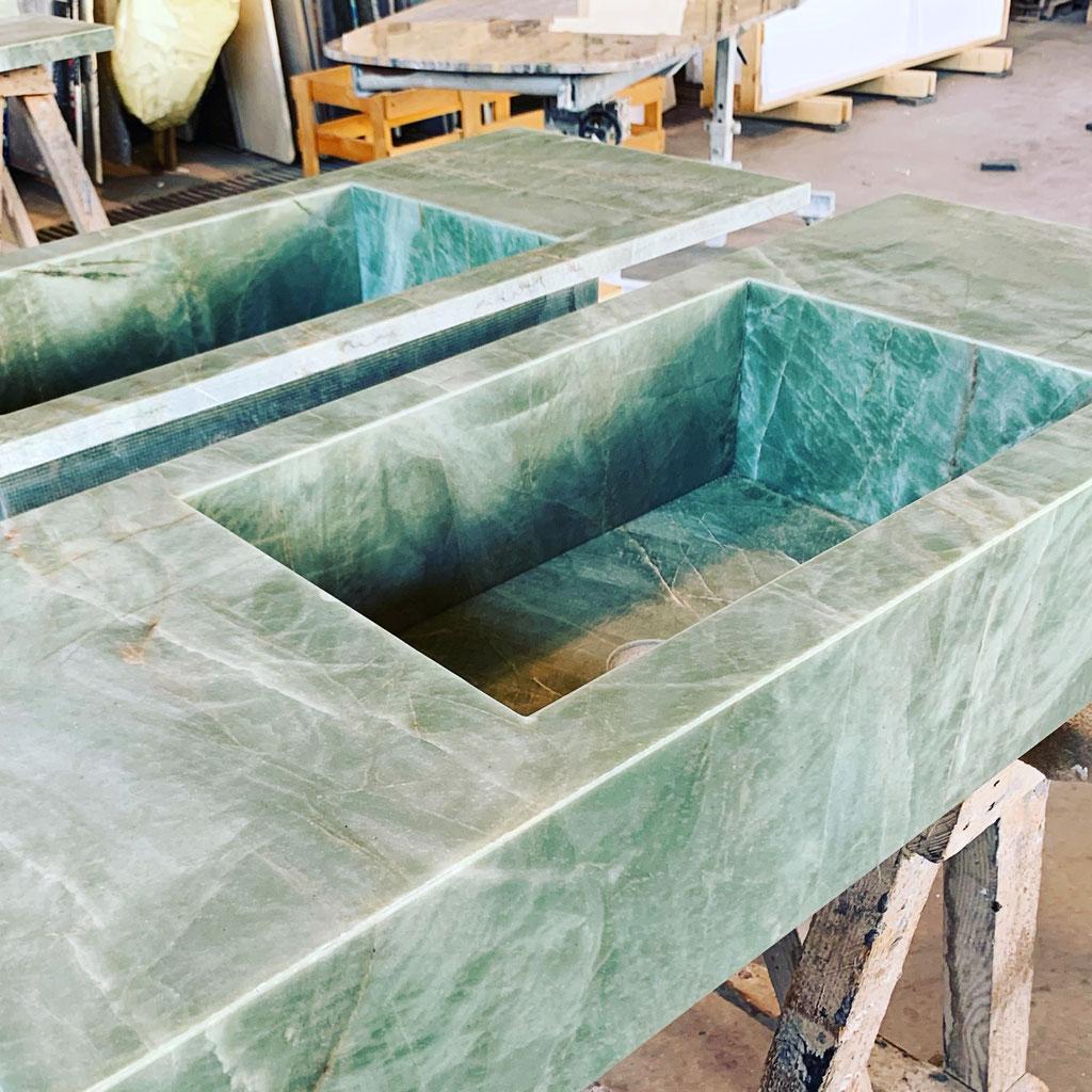 De eindcontrole van 2 kwaliteitswastafels in Emerald Green kwarts