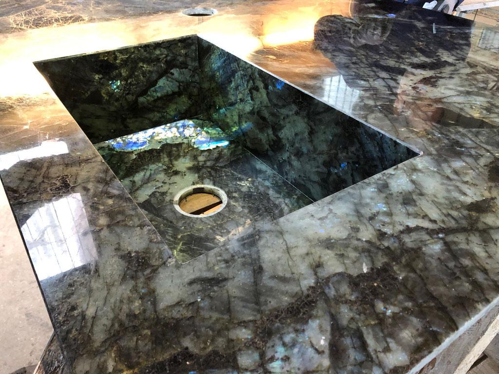 Ook de spoelbak is gemaakt van Labradorite Blue graniet