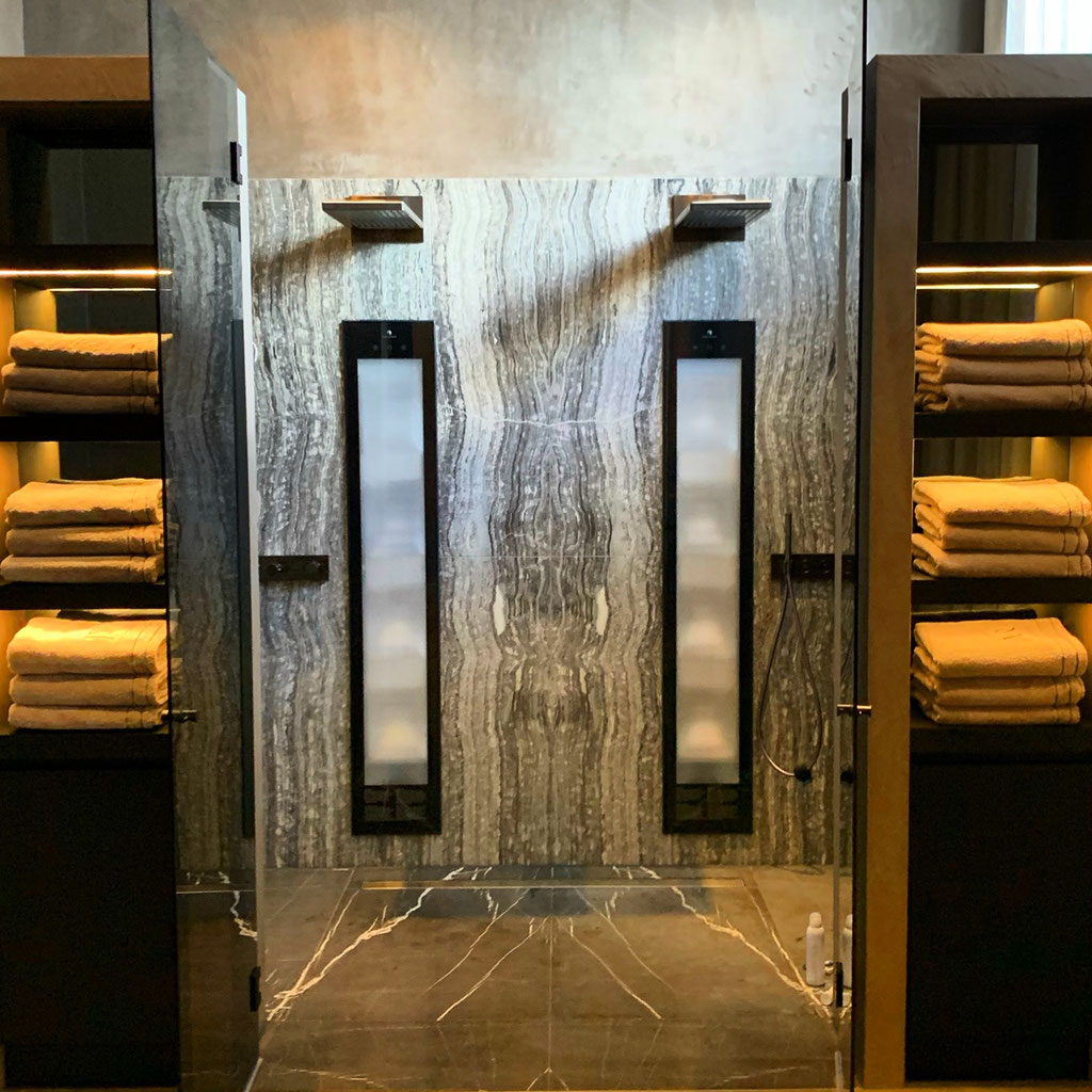 Onyx Nero en Pietra Grigio marmer badkamer