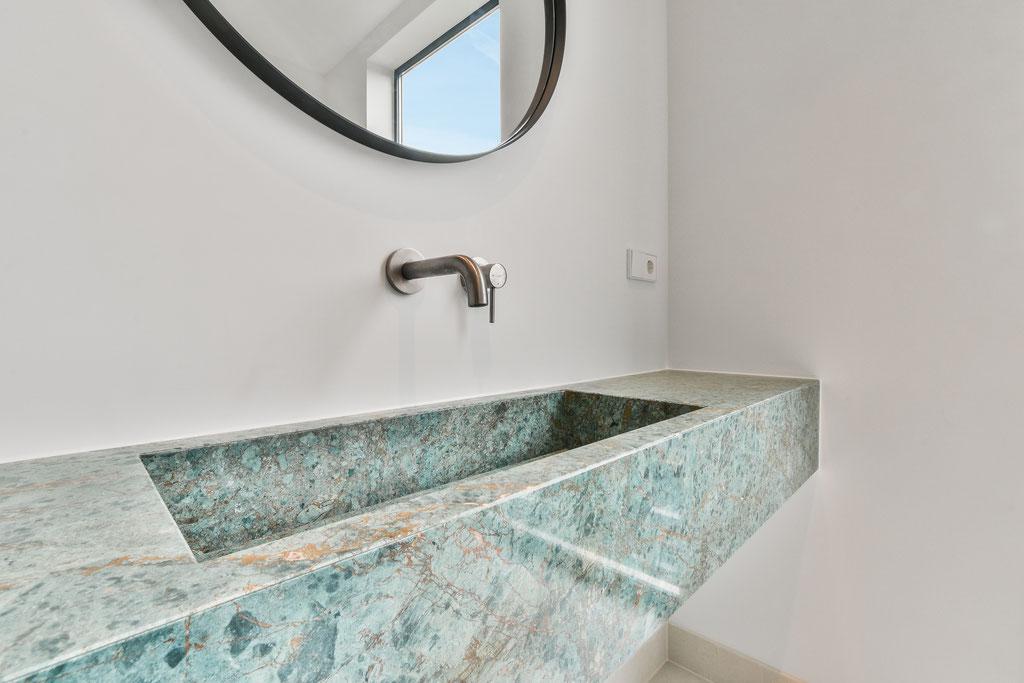 De marmer wastafel geplaatst in een luxe appartement