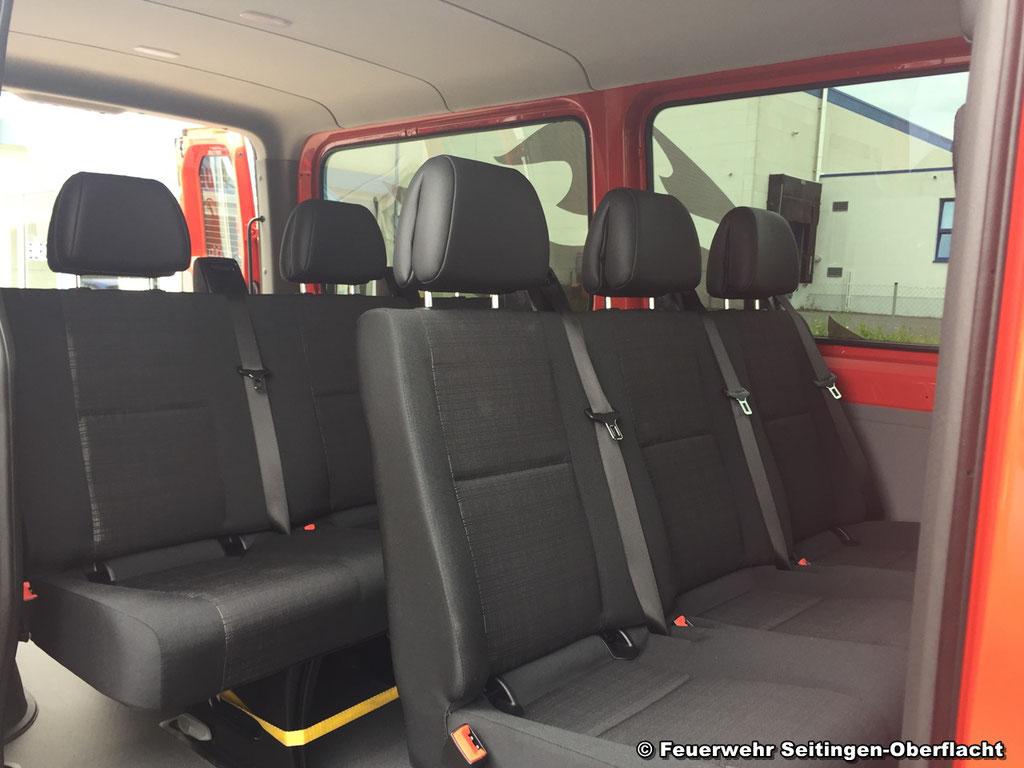 Blick in das Innere des Fahrzeuges - u.a. werden die Sitzbänke gedreht/versetzt