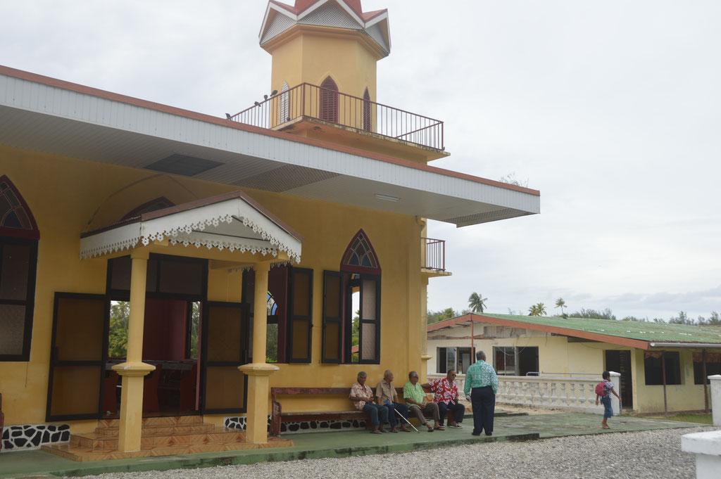 Die Kirche, das grösste Gebäude in Maeva ist Versammlungsort der Dorfmännlichkeit