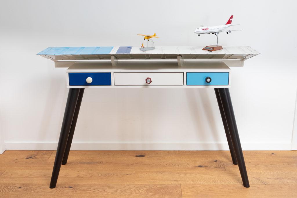 Sidebord lackiert mit Original-Flugzeugteilen