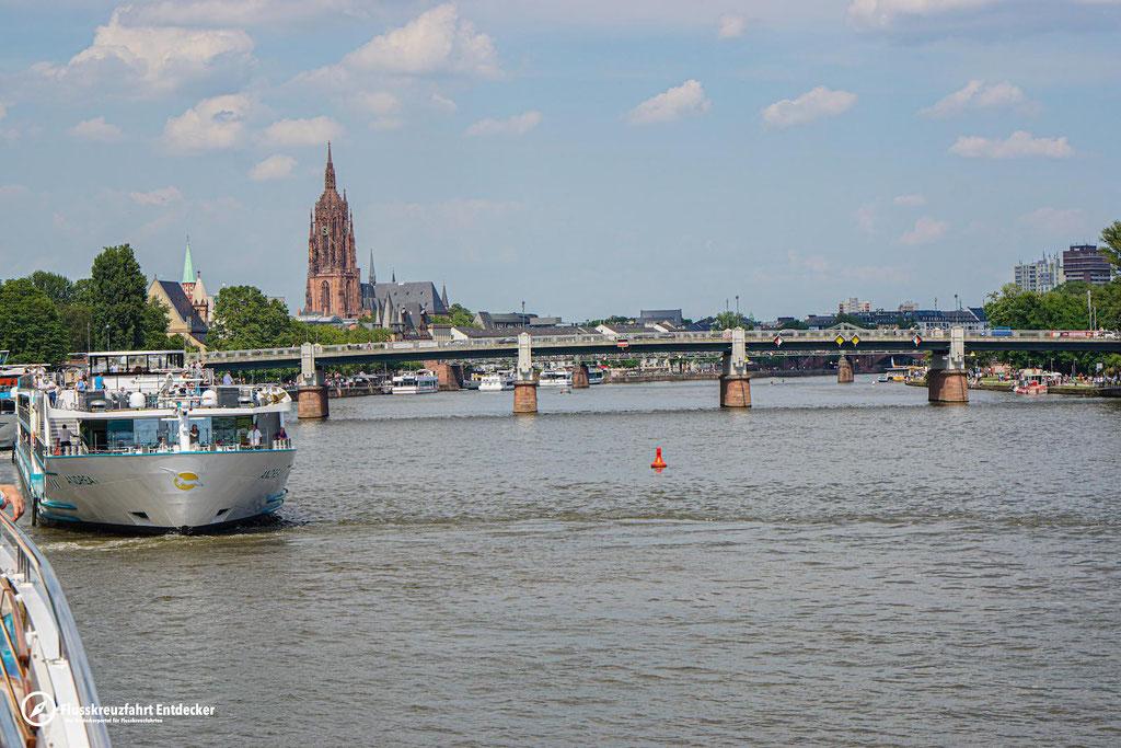 MS Andrea verlässt den Hafen von Frankfurt