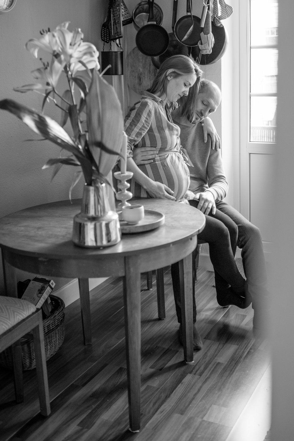 Schwangeres Paar in der Küche
