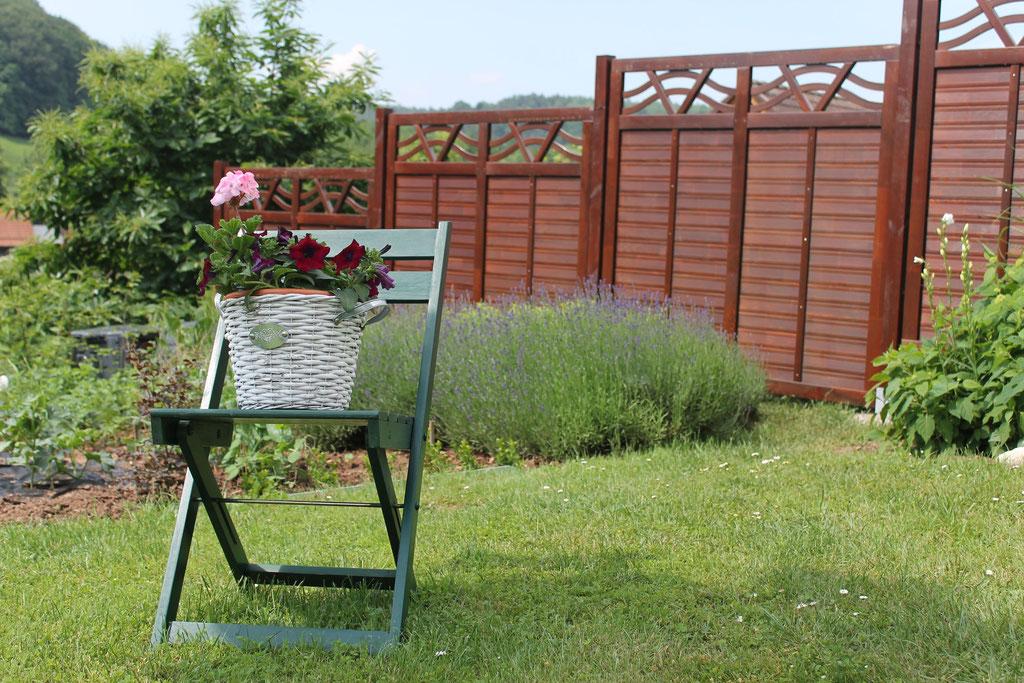 Schöne Gartengestaltung passend zur Pergola
