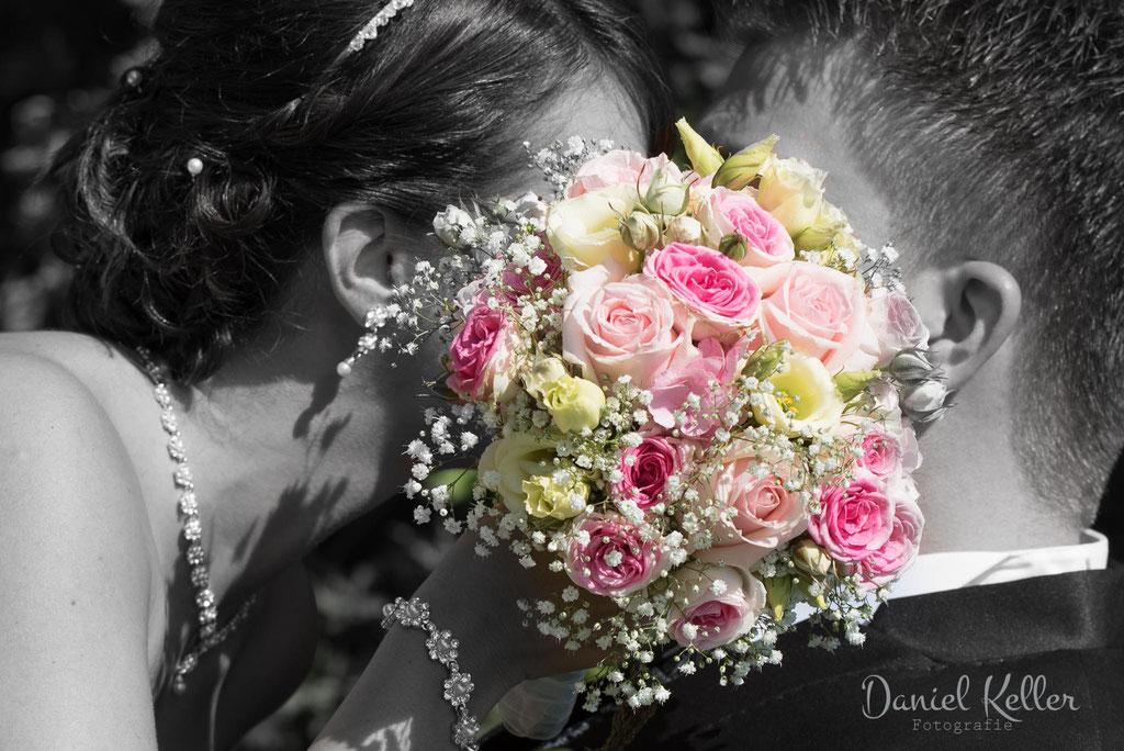 Kuss hinter Brautstrauß / Daniel Keller Hochzeitsfotograf Kehl