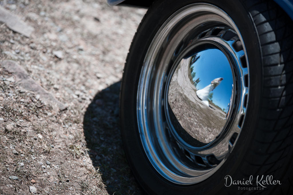 Hochzeitsbilde Spiegelung in VW Käfer Radkappe