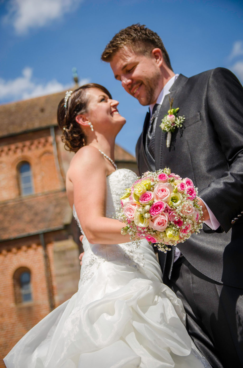 Brautpaar mit Strauß Münster Schwarzach/ Daniel Keller Fotografie / Hochzeitsfotograf Artenau