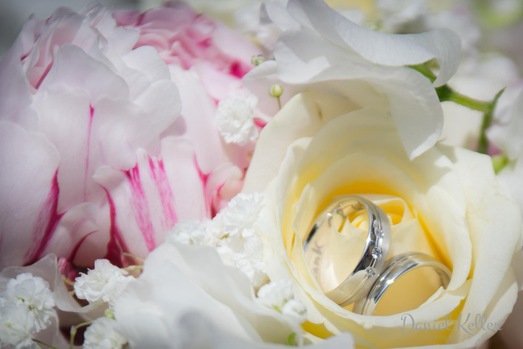 Eheringe im Blumenstrauß / Daniel Keller Hochzeitsfotograf Offenburg Ortenau Kehl