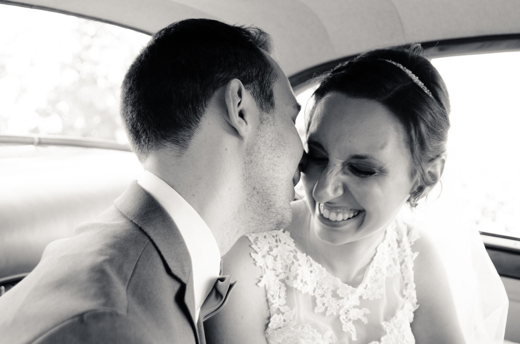 Brautpaar im Hochzeitsauto / Daniel Keller Hochzeitsfotograf