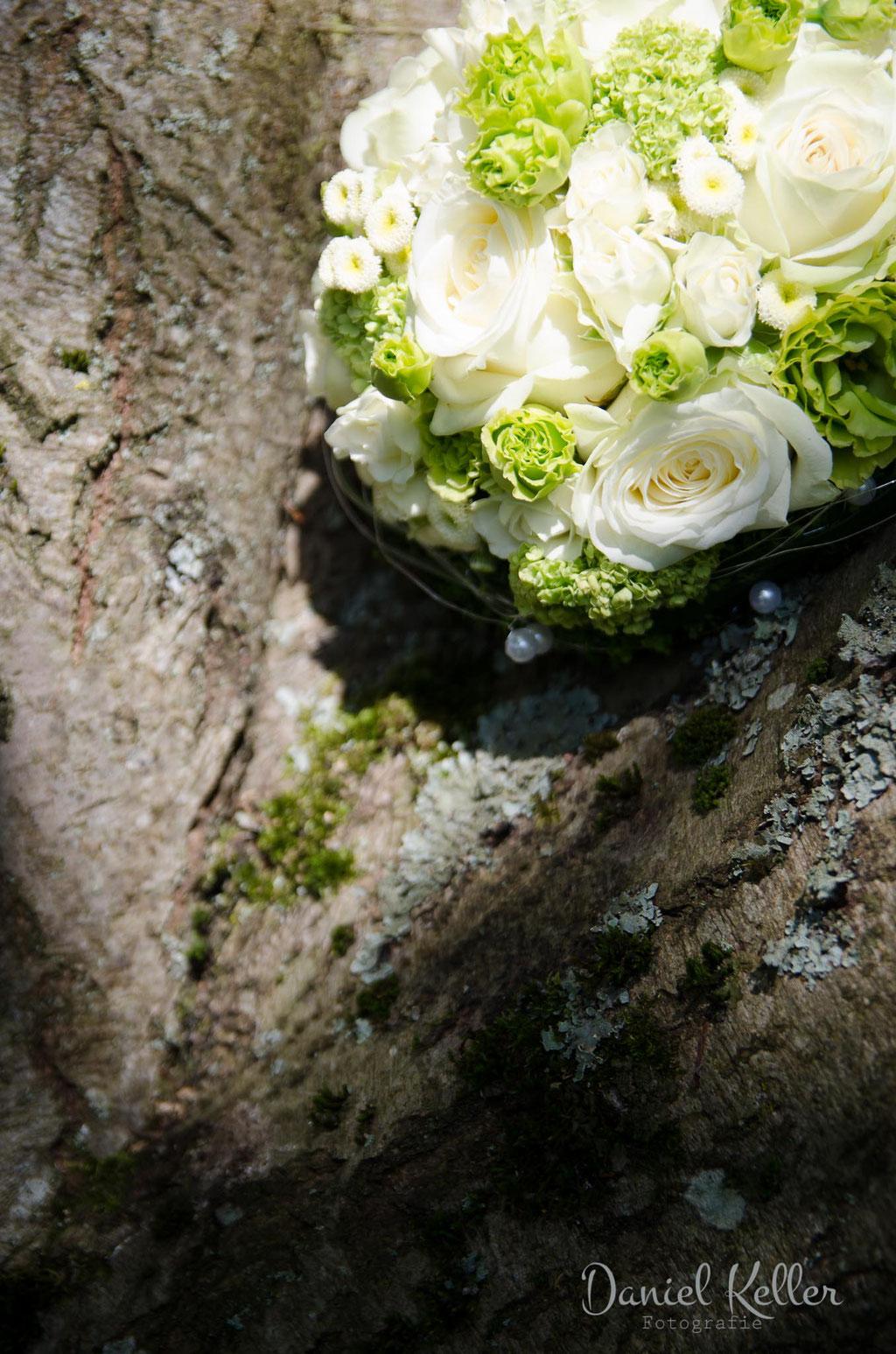 Brautstrauß im Baum / Daniel Keller Fotografie Hochzeitsfotograf Deutschland