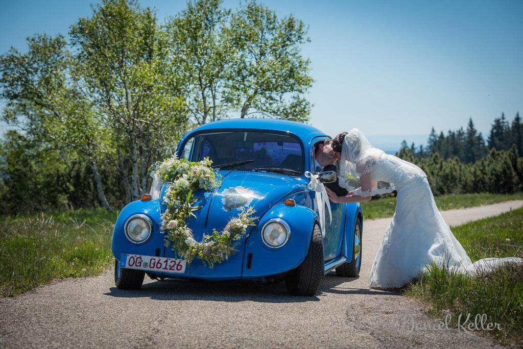 Brautpaar mit Hochzeitsauto VW Käfer Hornisgrinde/ Daniel Keller Hochzeitsfotograf