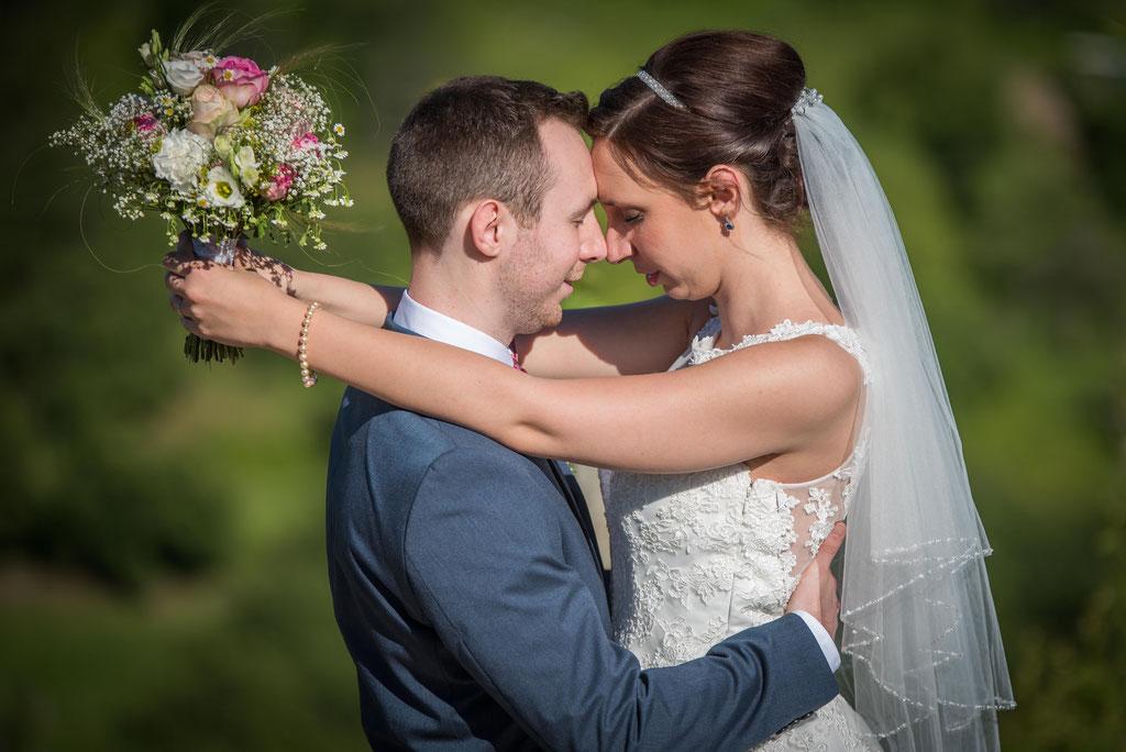 Brautpaar mit Brautstrauß / Daniel Keller Hochzeitsfotograf in der Ortenau