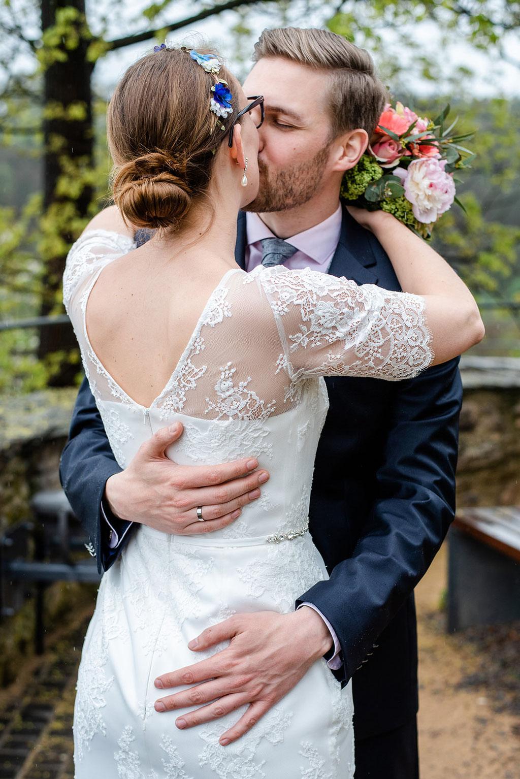 Hochzeit auf Schloss Schwarzenberg im Erzgebirge, Hochzeitsfotos im Regen, Hochzeitsfotograf in Sachsen