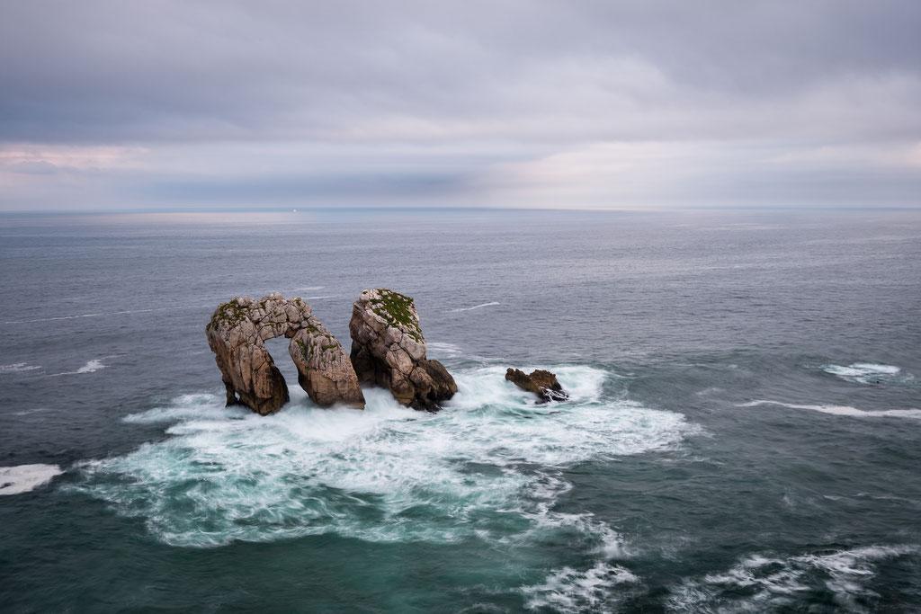 """1 Playa de la Arnia, nahe Liencres. Diese Felsformation nennt sich """"Urro el Manzano""""."""