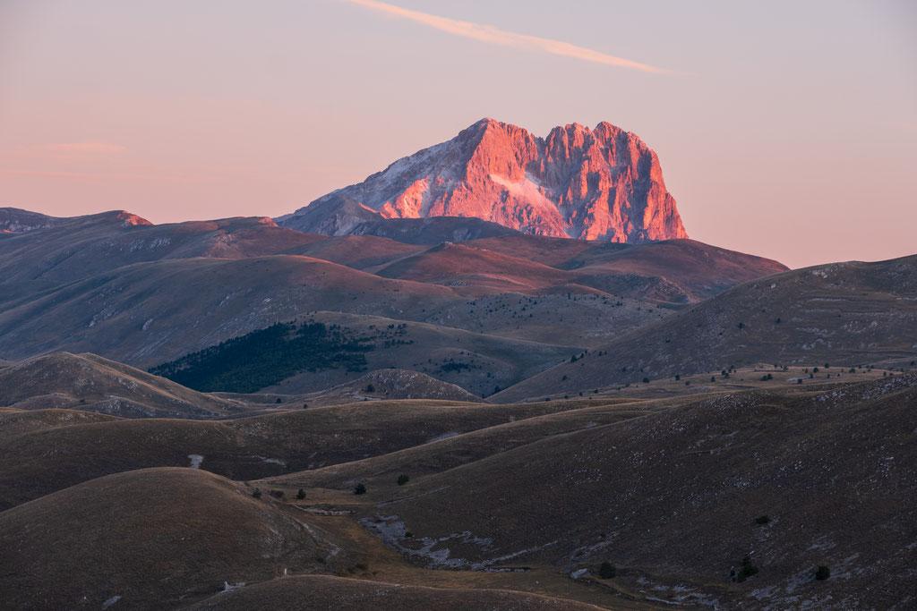 Der Corno Grande - der dominierende Berg leuchtet im Licht der ersten Sonnenstrahlen