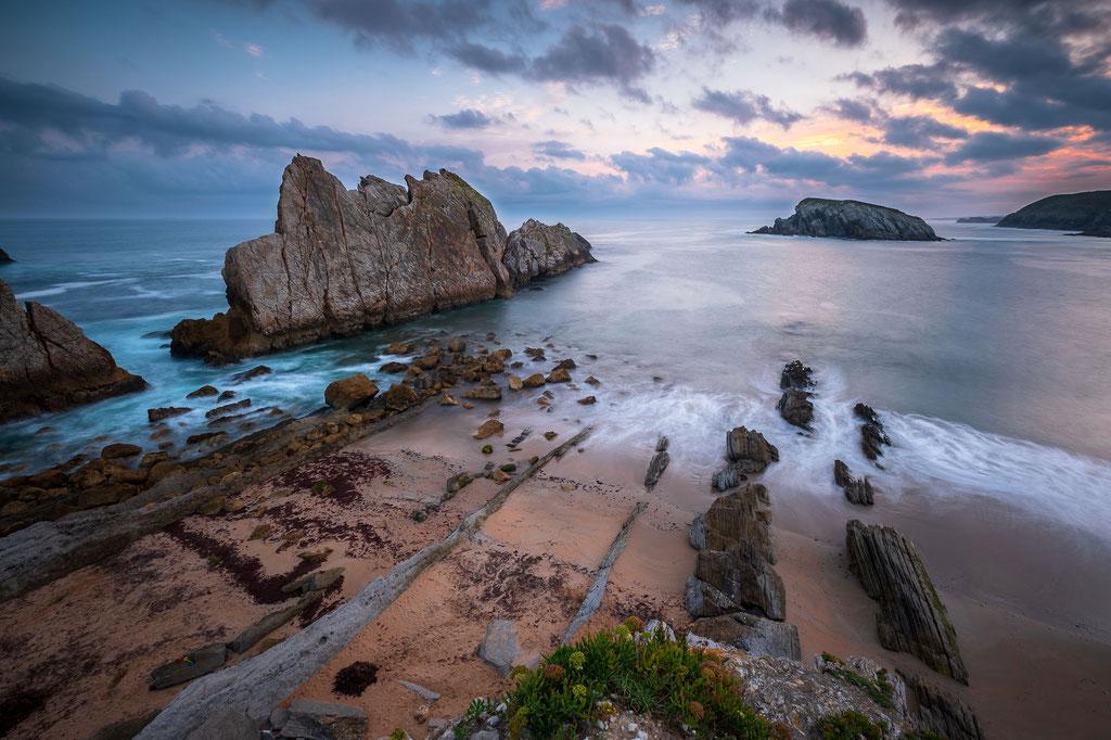 "1 Playa de la Arnia, nahe Liencres. Die großen Klippen nennen sich ""Urros"". Hier der Urros de Liencres."