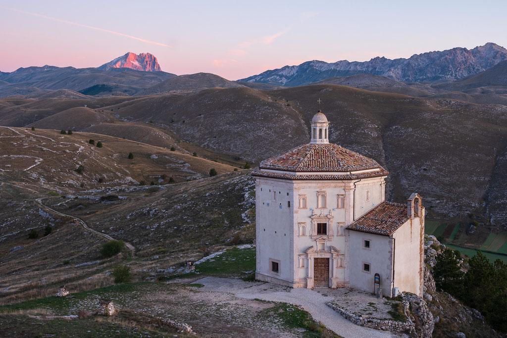 Chiesa di Santa Maria della Pietà - im Hintergrund die karge Einsamkeit des Gran Sasso