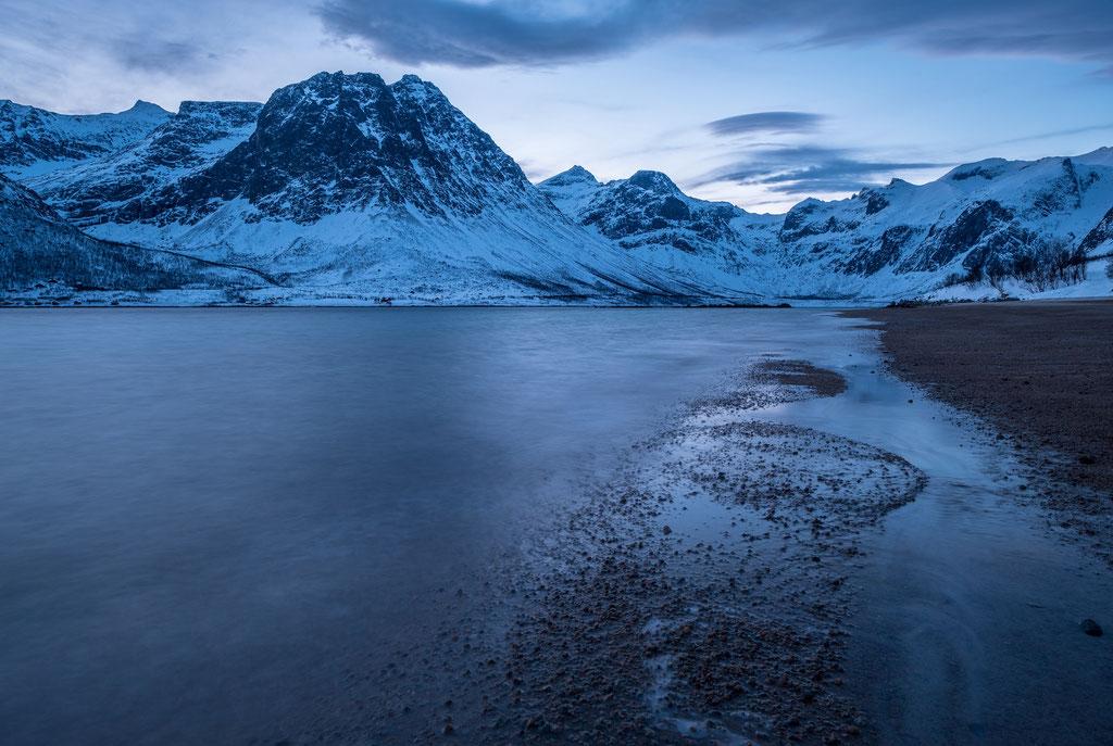 Fjord in blau
