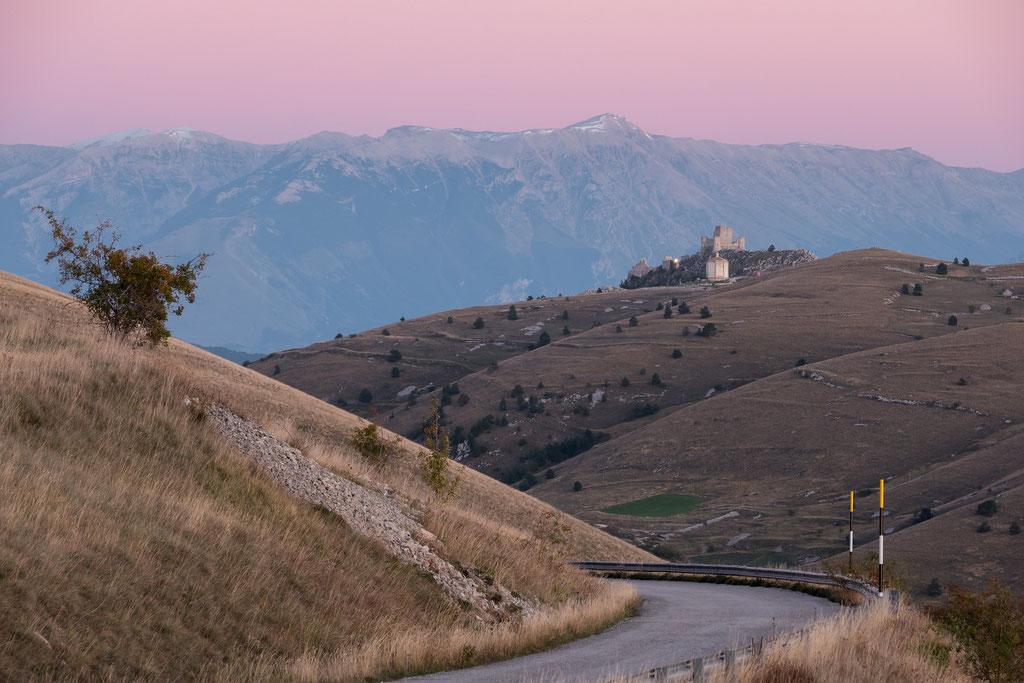 Blick vom Campo imperatore zur Rocca Calascio