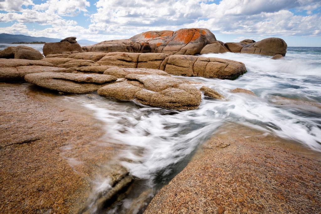 Stürmische Wellen an der Küste vor Bicheno, Tasmanien