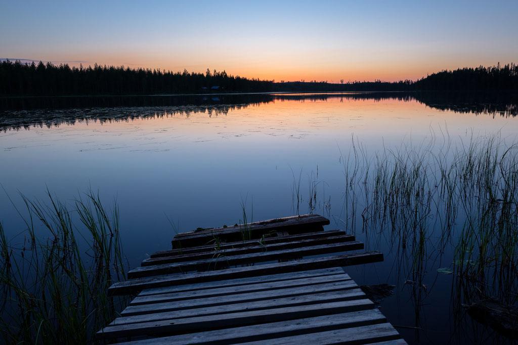 Morgens an einem einsamen See stehen, umgeben von Wald – es gibt wenig anderes, was mich mit so tiefer Ruhe und innerem Frieden erfüllt. Leider gibt es auch viele Mücken, die die Inbrunst stören.