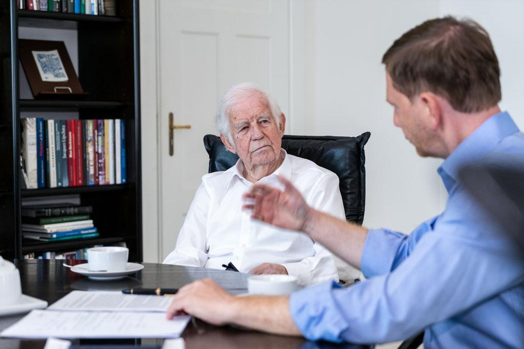 Sächsischer Ministerpräsident Michael Kretschmer im Gespräch mit dem Sächsischen Ministerpräsidenten a.D. Prof. Kurt Biedenkopf (2019)