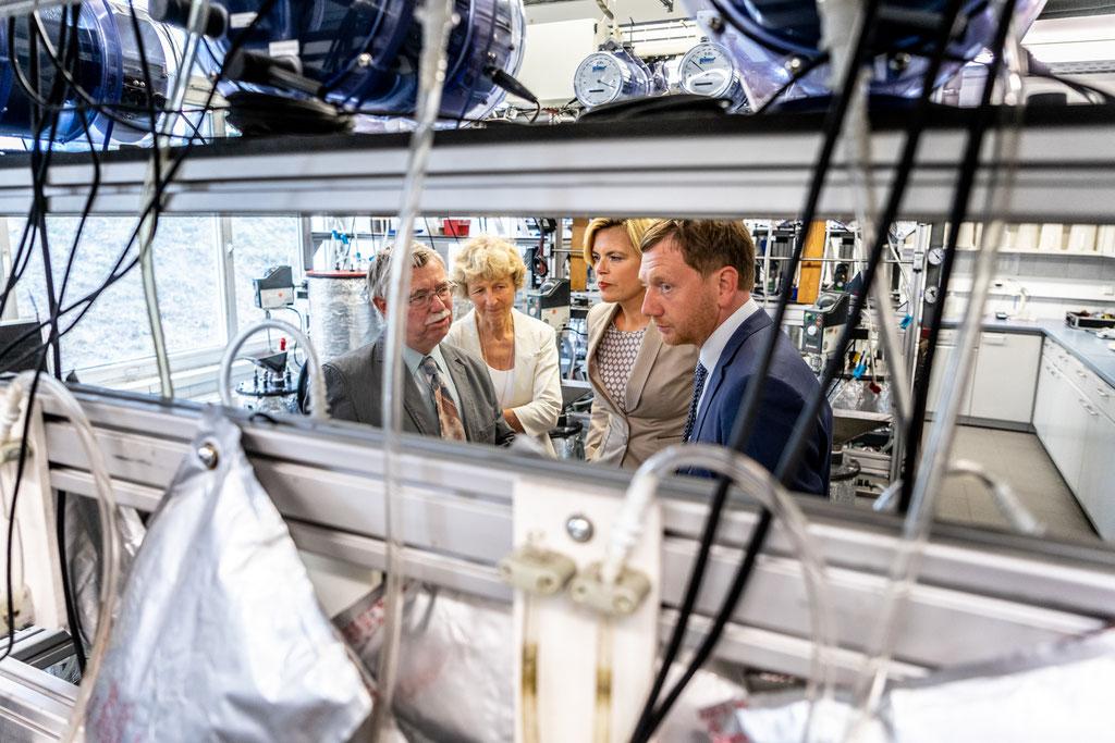 Bundeslandwirtschaftsministerin Julia Klöckner und der sächsischer Ministerpräsident Michael Kretschmer beim Besuch des Deutsche Biomasseforschungszentrum (2019)