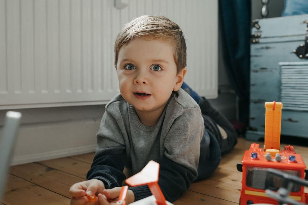 kleiner Junge Foto Zuhause Hamburg