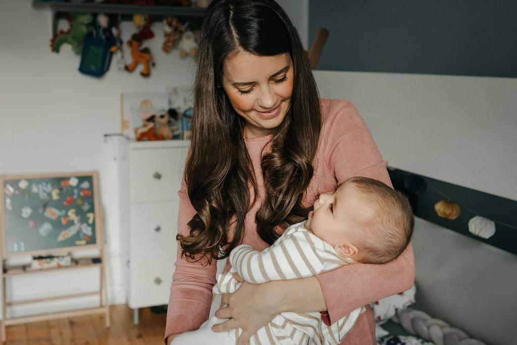 Mama und baby im Kinderzimmer in Hamburg