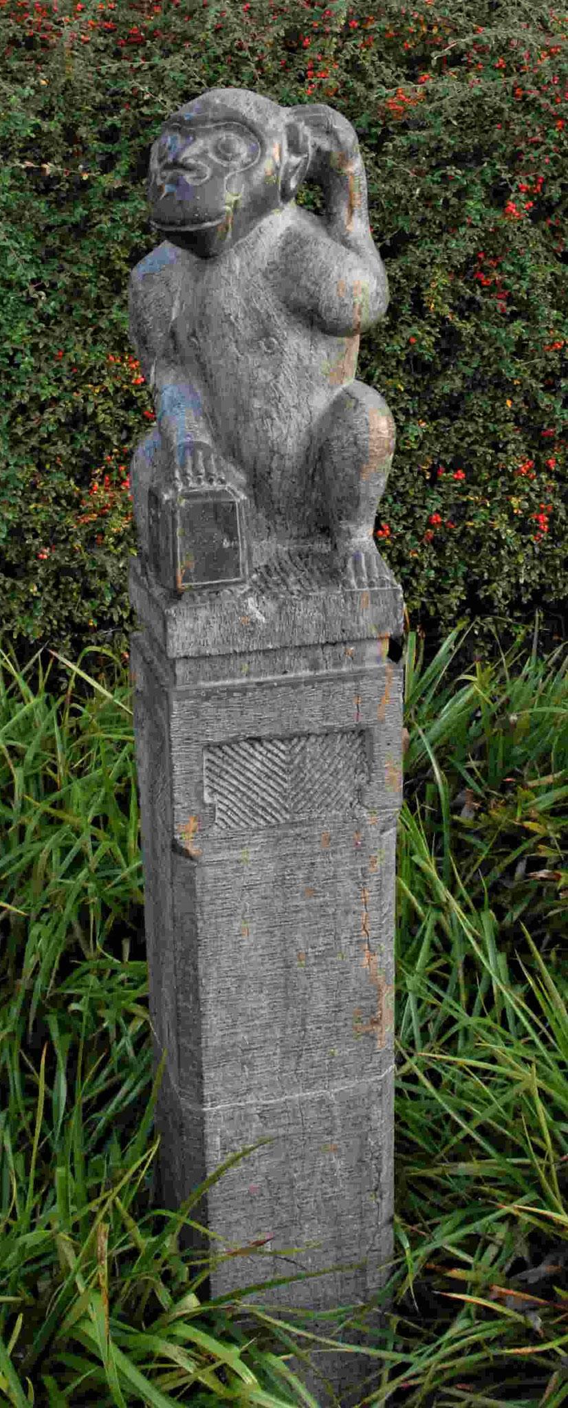Platik mit Affen im Chinesischen Garten Weißensee