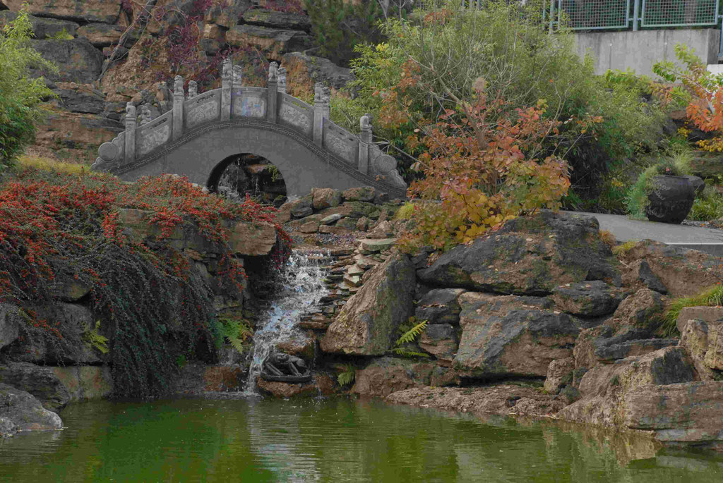 Blick auf Brücke und Wasserzulauf im Chinagarten Weißensee