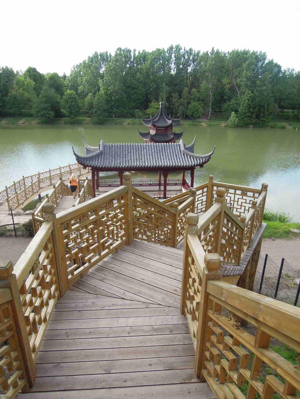Die Treppenanlage mit Blick auf Teich und Pagode