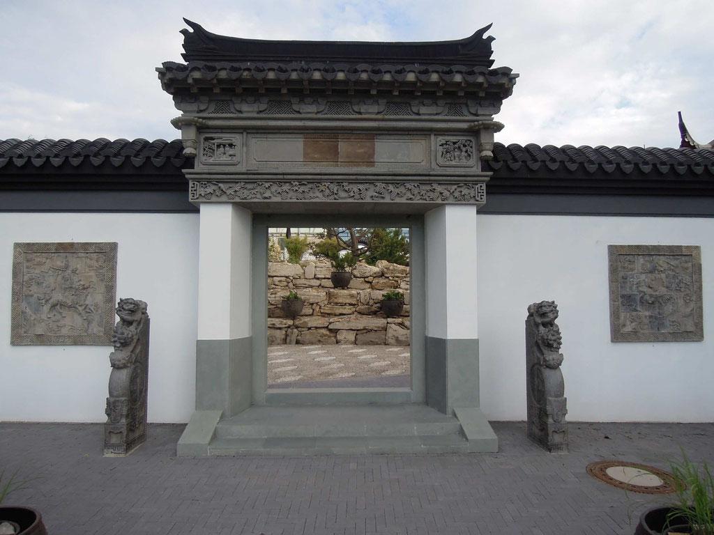 Das Tor zur Weitsicht im Chinagarten Weißensee