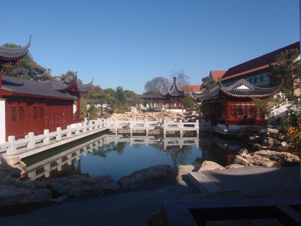 Blick über den Teich der 4 Jahreszeiten im Chinesischen Garten Weißensee