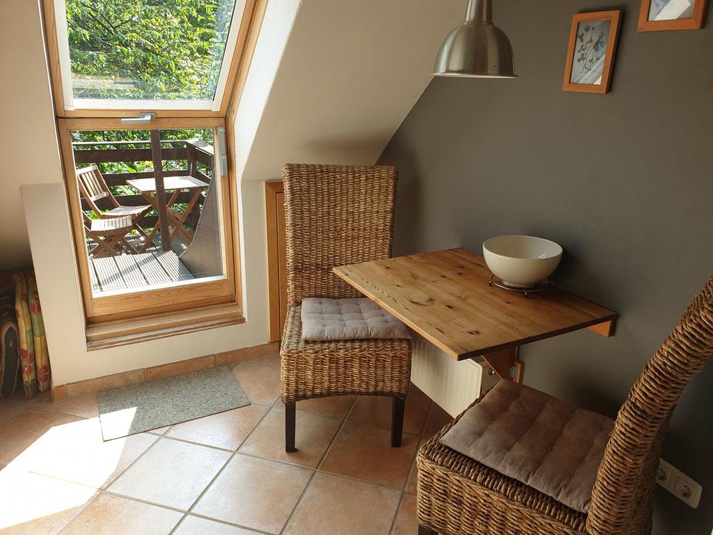 Essen in der Küche - mit Ausgang zur Terrasse.