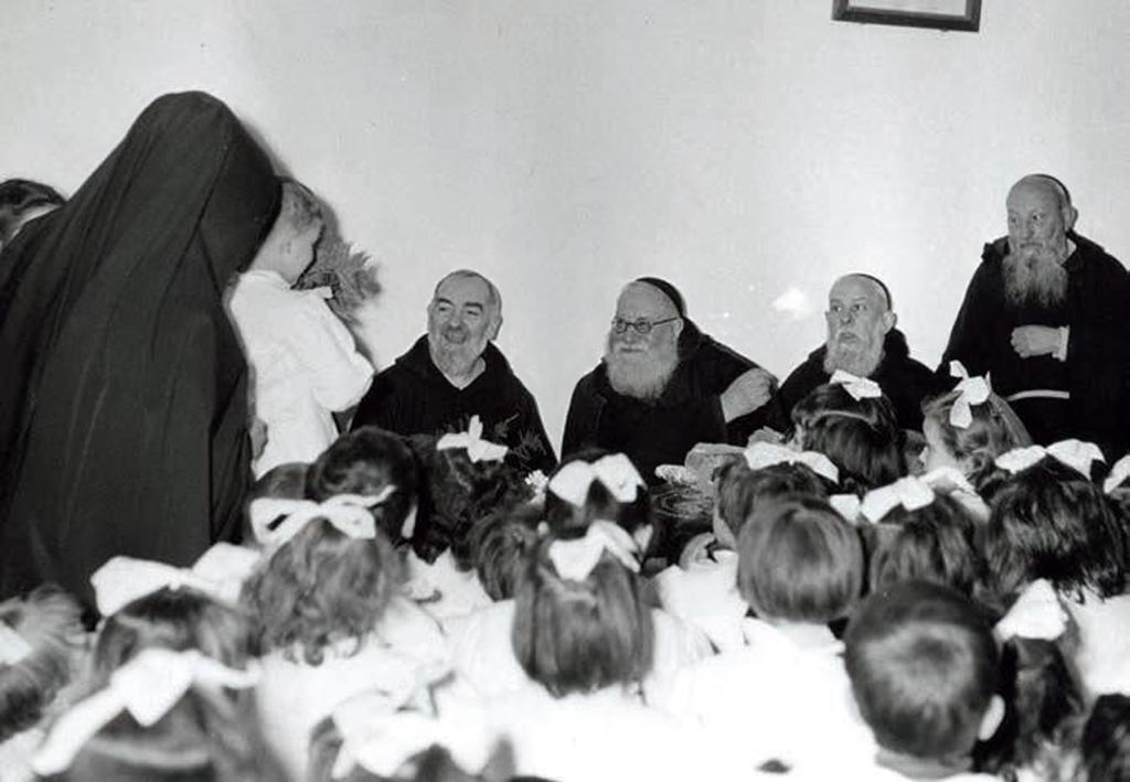 Padre Pio seduto accanto ai suoi più stretti amici e confidenti: padre Agostino Daniele (al centro) e padre Raffaele D'Addario (2° da destra)