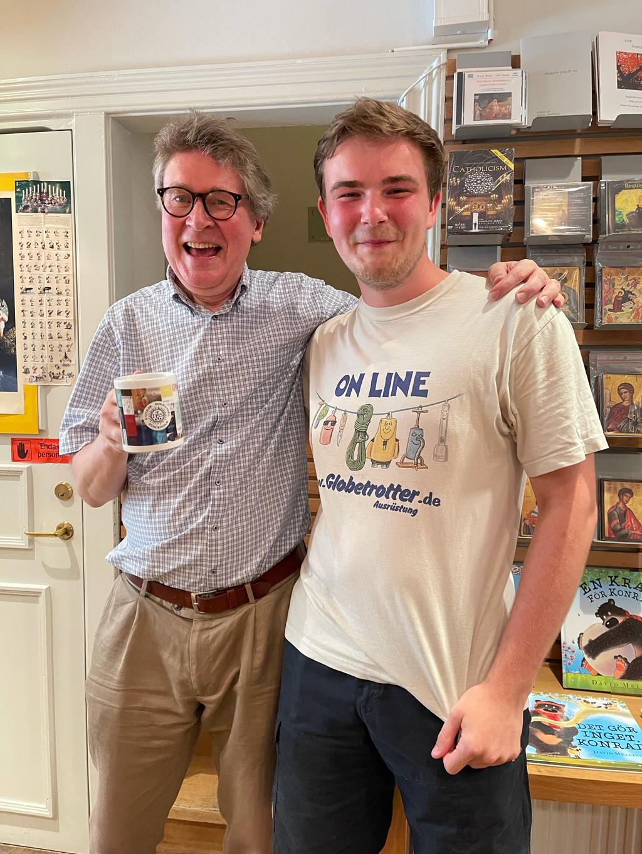 Konrad mit Pecka (links), dem Leiter des Buchladens, beim Abschlussfest im Buchladen (Foto: Talat Eiden)