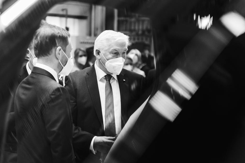 Bundespräsident Frank-Walter Steinmeier beim gemeinsamen Besuch des VW Werks in Zwickau mit dem Sächsischen Ministerpräsidenten Michael Kretschmer (2021)