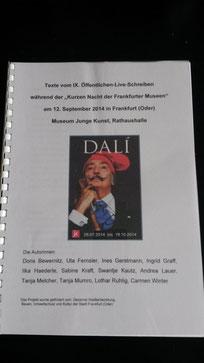 Zu sehen ist der Reader zum öffentlichen Liveschreiben. A4, mit Ringbindung, ein Bild von Dali auf der Vorderseite, die Namen der Autoren