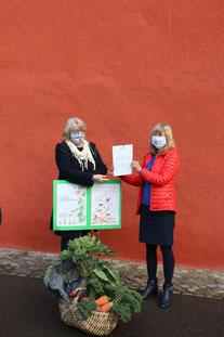 Sigrid Fröhling ( Berg. Gartenarche)  erhält den Förderbescheid von Jutta Krumm ( NRW Stiftung )