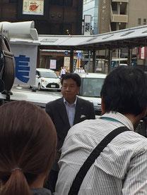 八木駅南側ロータリーで枝野さんを発見!