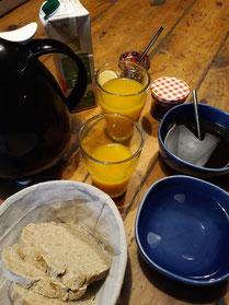 Petit déjeuner intégralement biologiques avec du pain fait maison !