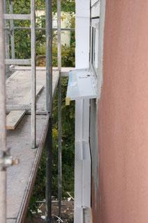 Gerüst , alte Fassade rostrot , Fenster Fassadenbündig , Fenstersims neu , Dämmung auf einer Seite schon angebracht.