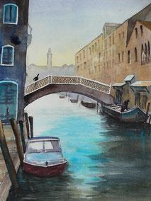 Ein Kanal in Venedig mit einer Brücke und einem Boot im Vordergrund. Gemalt in Aquarell