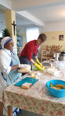 Lorenz bei seiner täglichen Arbeit mit Schwester Timothy (Foto: Lucy U.)