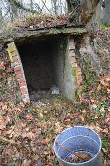 Das Foto zeigt Mauerreste, vermutlich von einem Unterstand, innen ist die Zahl fünf aufgesprüht.